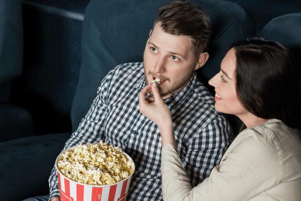 映画よりキミに釘付け♡男が思わずときめく「映画デートでの言動」