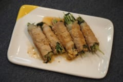 【節約レシピ】お箸が止まらないっ♡柚子胡椒がクセになる「豆苗とえのきの豚肉巻き」