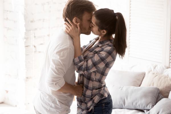 興奮を抑えられんッ♡男が「激しいキス」をする理由とは?