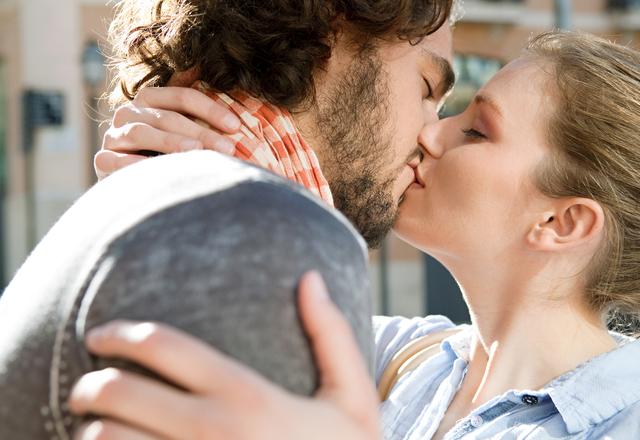 女性から好かれる【ドキドキさせるキス】のやり方って?
