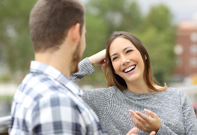 これも脈あり…!女性が「ベタ惚れな男性の前でする仕草」って?