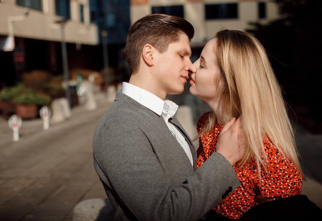 いつもよりイイ雰囲気に…?女性が「キス中にされたいこと」4つ