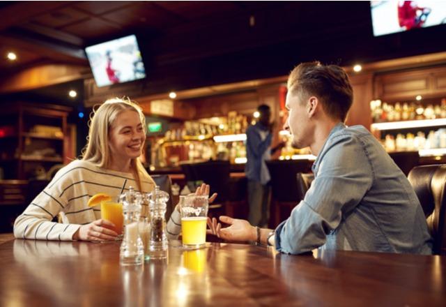 男性陣の視線独り占め…♡「飲み会」で【モテる女子】の特徴
