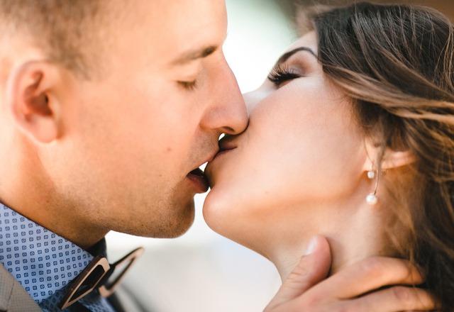 【保存版】やめないで欲しい…♡女性を「ムラっとさせるキスの仕方」6選